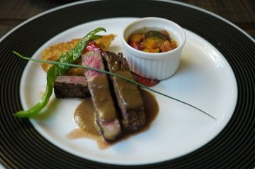 国産牛ステーキ胡麻風味赤ワインソース